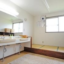 *【脱衣所】広い洗面スペースにはドライヤーも完備。奥の畳スペースでは休憩もできます。