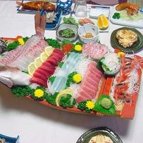 *料理一例/鯛の姿造り、マグロ、手長海老など、駿河湾の新鮮な海の幸がたっぷり載った舟盛り♪