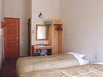 客室の壁は珪藻土で4.6mの高い天井です