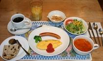北海道産小麦粉使用のクルミ&レーズンの自家製天然酵母パンはおかわり自由、自家製バジルのオムレツ。