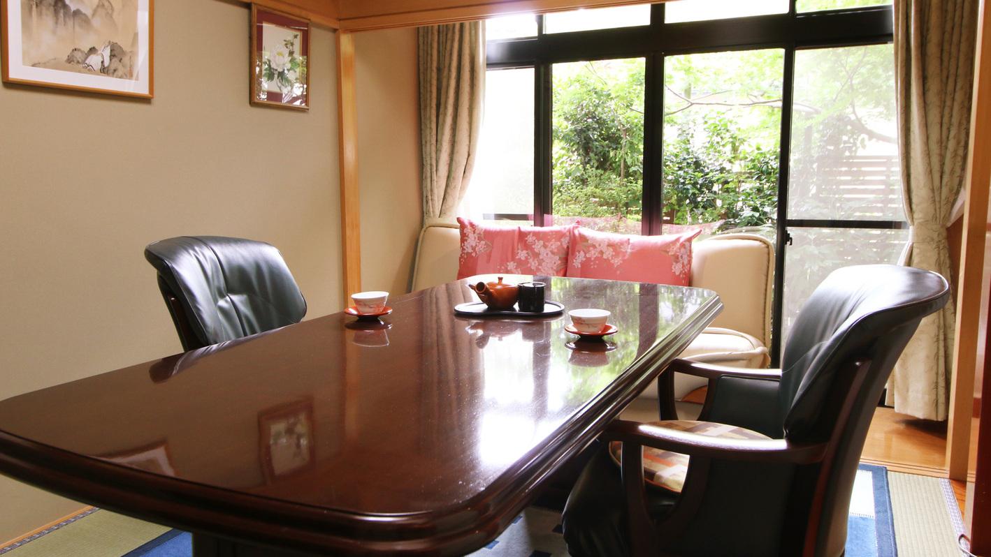 和洋室 1室限定・部屋食確約の二間続きの客室。1室はダイニングルームです。※庭園には面しておりません