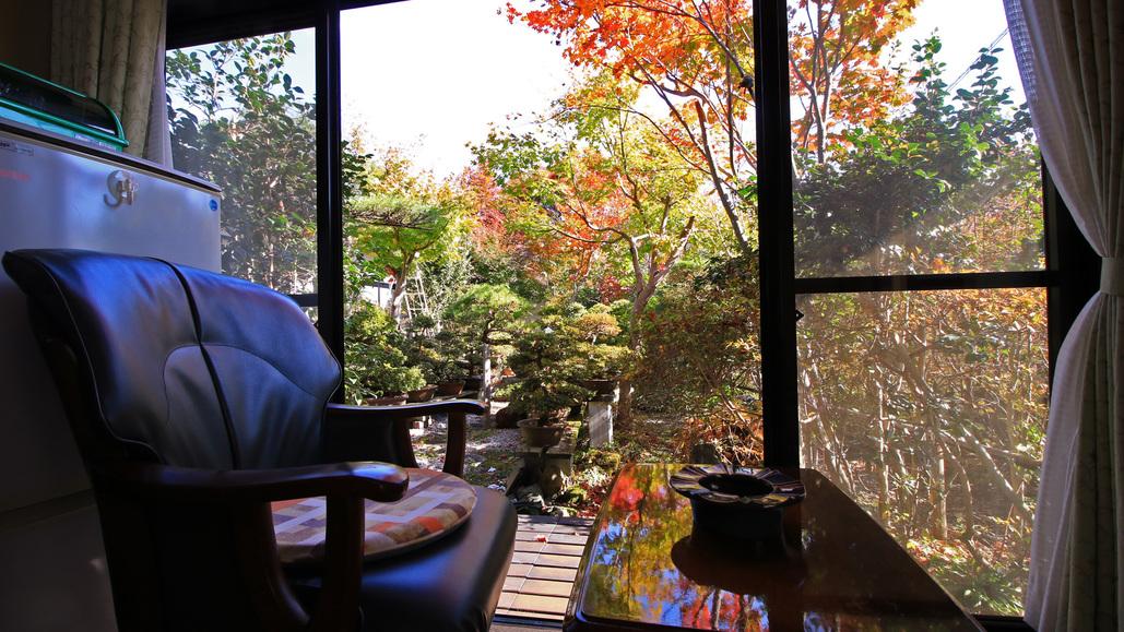 秋-四季移ろう和庭園 色づく木々を眺めながら静かな寛ぐ。大人の旅の楽しみ方ですね。