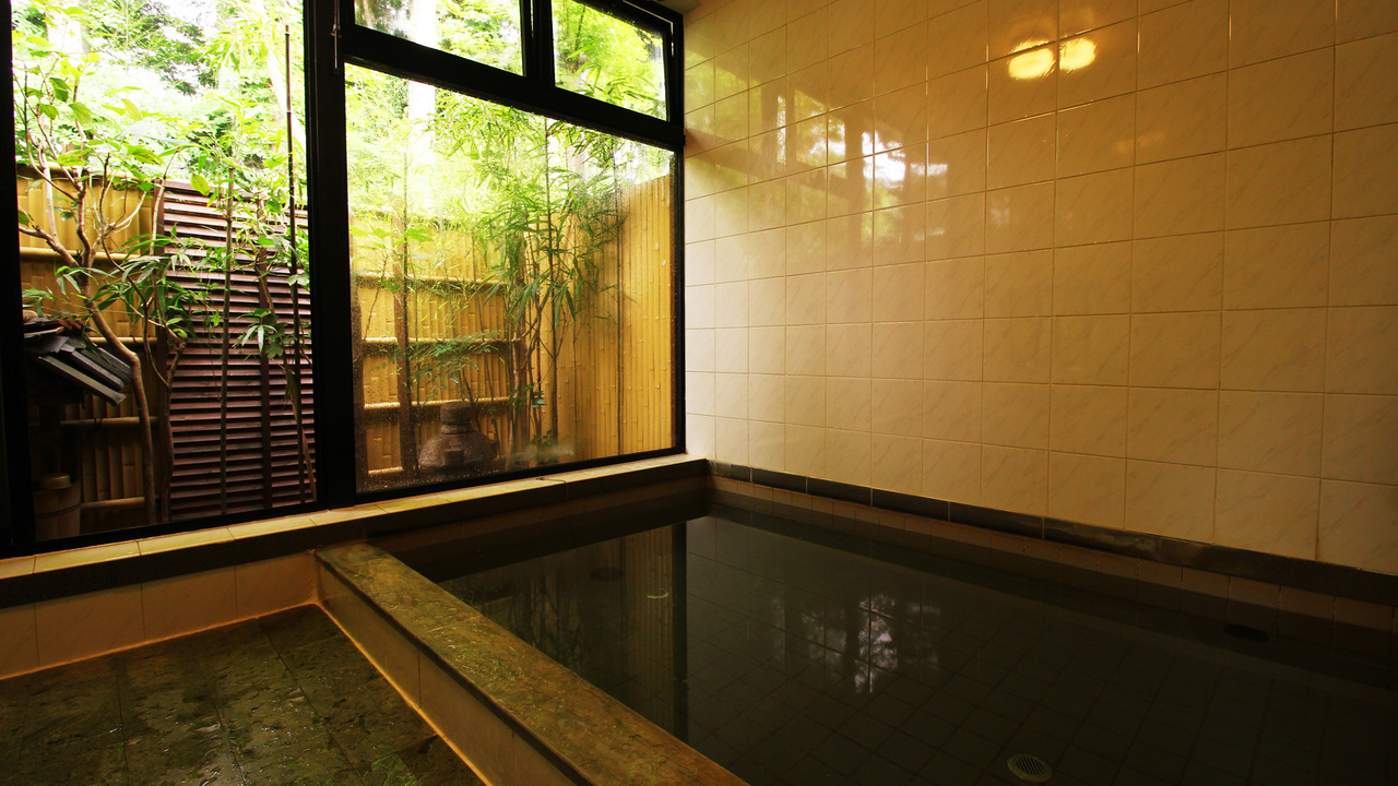 寛ぎの湯 温泉は完全貸切。揺らめく木々を眺めながら安らぎのひとときを。