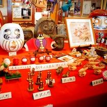 *エントランスを飾る手作りの郷土玩具たち