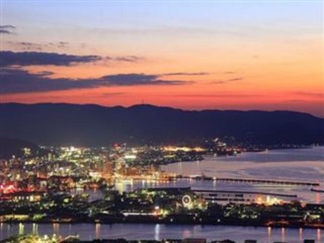 夕暮れ時の高松港