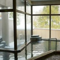 ★【大浴場】大きな窓が開放的な雰囲気を演出致します。