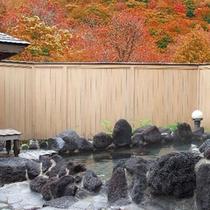 *【露天風呂】秋は赤や黄色に染まった、木々を眺めながらのご入浴です。
