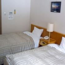★【客室例】シンプルな内装で過ごしやすい雰囲気のお部屋。