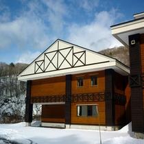 *【外観】当館も冬になると、すっかり雪化粧を施されます。