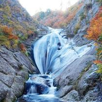 *【秋の桃洞の滝】自然の美しさと雄大さを体感できます。