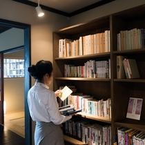 【ライブラリーラウンジ】様々な本を揃えております。