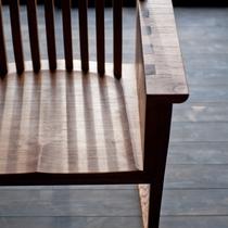【ライブラリーラウンジ】夜は木の家具に包まれて、心地よく。