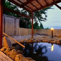 晴れている日は霊峰八海山がご覧いただけます。風情ある夕暮れの露天風呂をお楽しみ下さい