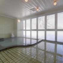 *中浴場/ほんのり薫る硫黄の香りも天然温泉だからこそ。肌に染み入る源泉の心地よさをご堪能下さい。
