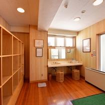 *脱衣処(中浴場)/必要最低限の設備が整った脱衣スペース。