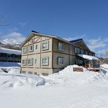 *池の平温泉スキー場のゲレンデに佇む当館。ウィンタースポーツの拠点に◎