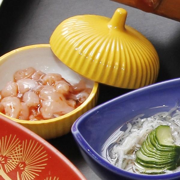 突き出し◆小鉢や小皿に少量ずつ、その時々の気のきいた小料理をお出します。酒の肴にも合いますよ。
