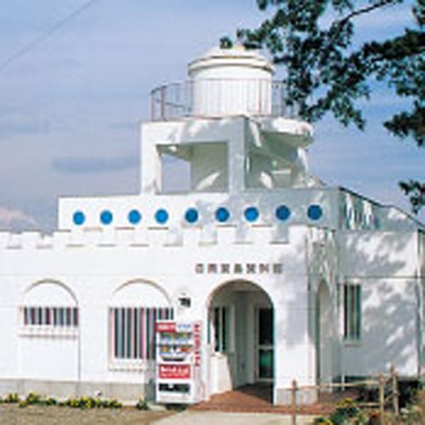 日間賀島資料館は、日本最古と言われるサメを捕る釣り針や名物のタコ漁の漁具等が展示されてます