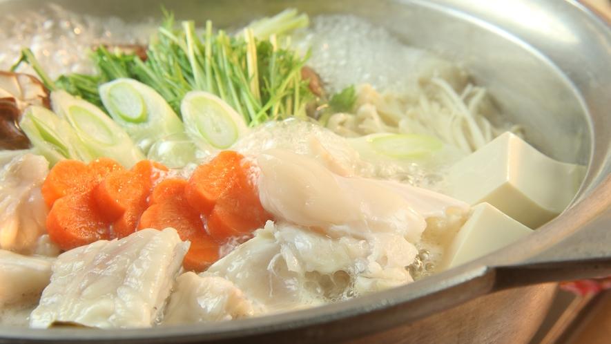ふぐ鍋(てっちり)◆寒い季節にぴったり。弾力のある食感と旨味成分が溶け込んだスープをご賞味下さい。
