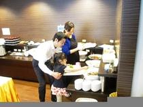 朝食ビュッフェ 家族イメージ