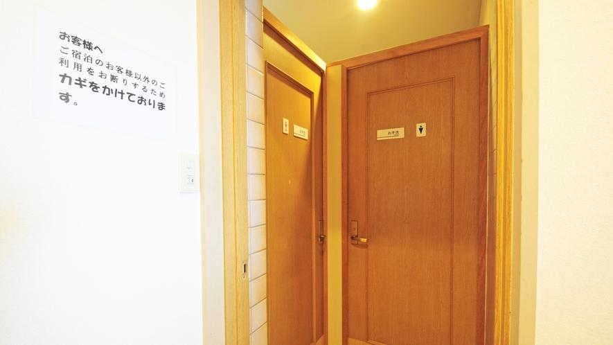 【ロビーのトイレ】宿泊者様だけご利用いただけるよう鍵をかけています。ご利用の際はお声がけください。