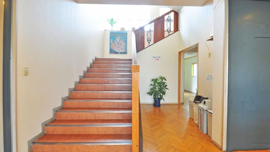 【ロビー】階段の奥にエレベータがあります