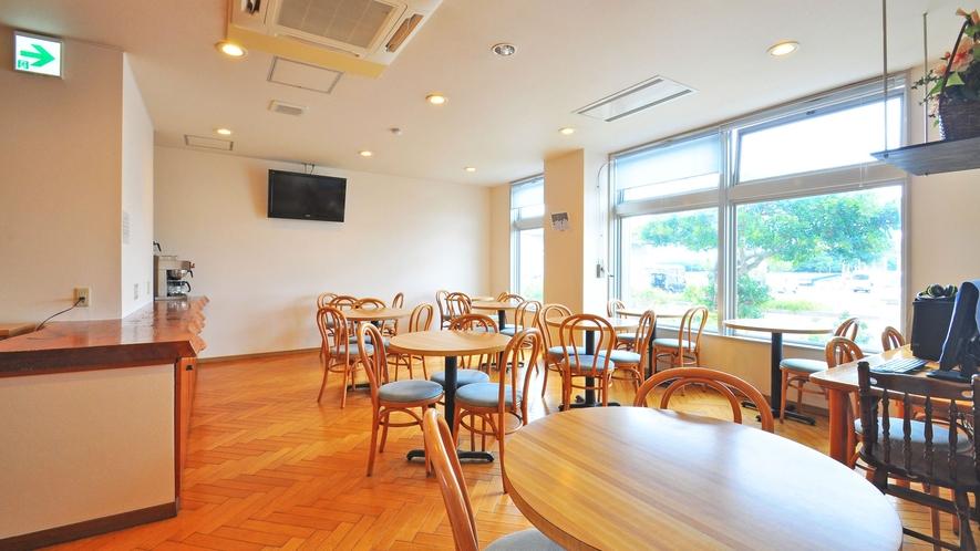 【朝食会場】一階にある日当たりの良い明るい会場です