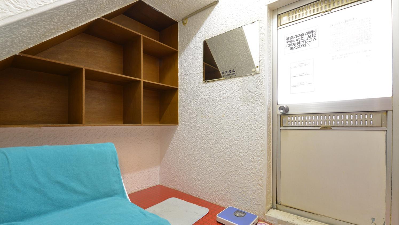 *貸切風呂(大)/必要最低限の設備が整った脱衣スペース。