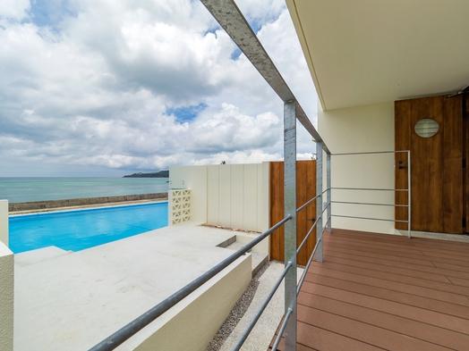初夏の沖縄旅行!素泊まり1泊〜OK★ビーチの目の前で広々コテージで過ごす極上の時間