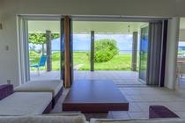 プレミアデラックスの海リビングのソファーからの景色