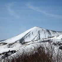 スカイライン雪の回廊より吾妻小富士を望む