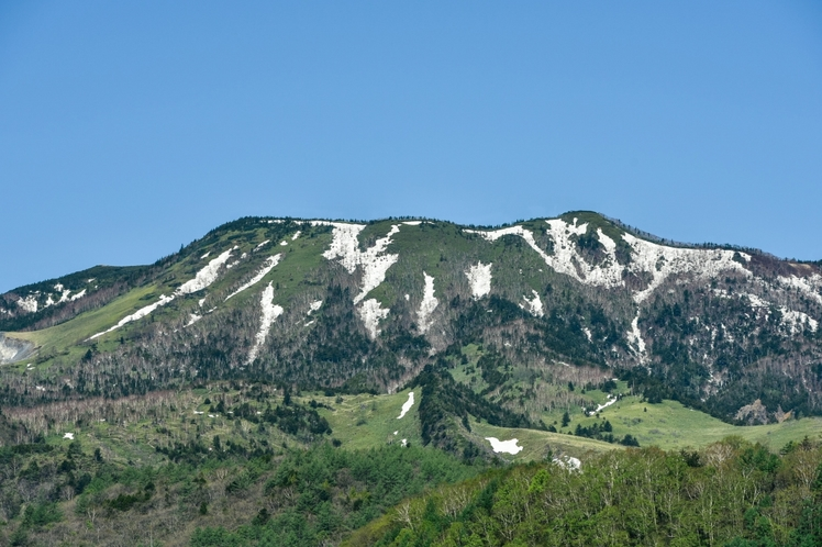 玄関前から望む白根山