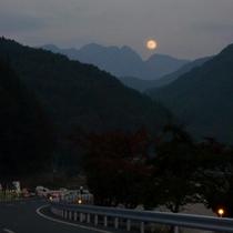*【周辺の景色】鋸岳とお月様。10月中旬の景色です。