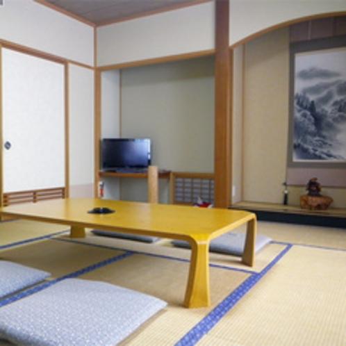 *【新館和室一例】清潔で快適な10畳の和室。窓の外には南アルプスの山々の景色が広がります。