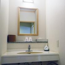 *【客室一例】明るくて使いやすい、各お部屋に洗面台がついております。
