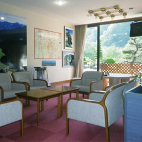 *【館内/ロビー】窓の外には南アルプスの雄大な山々。明るい日の差し込むロビー。