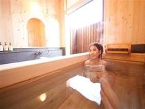 ヒノキの半露天風呂