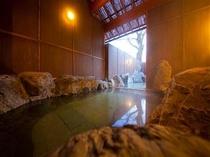 露天風呂には内湯のスペースもあります