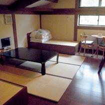 【お部屋一例】ベッドと2段ベッドがある6名定員の古民家風客室。