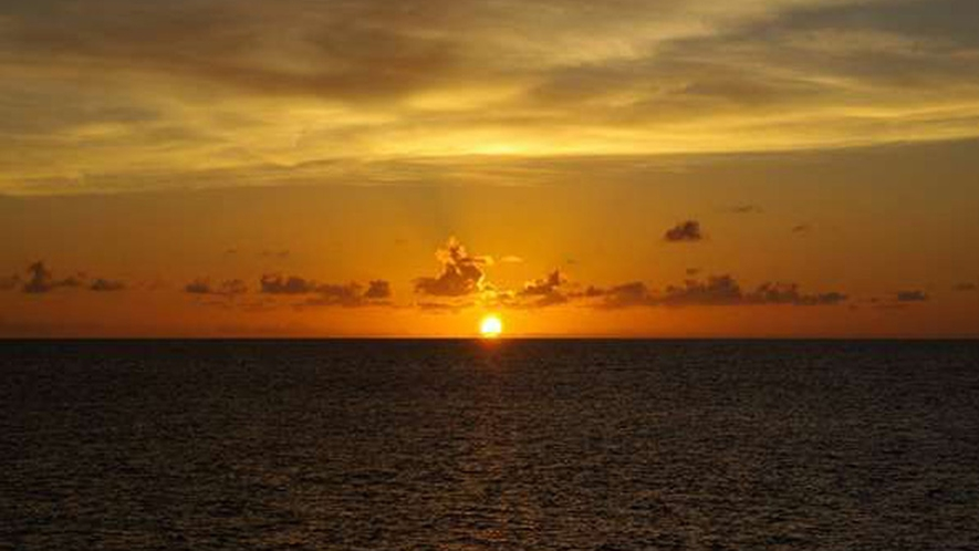 *【周辺】ビルやガスなど遮るものが何も無い離島では、陽の色もよりクリアに感じられます