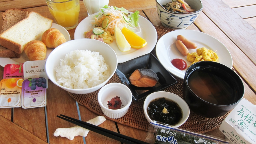 *【朝食一例】窓からの開放的な景色を眺めながら、ご朝食をお楽しみください。卵料理は選択できます。