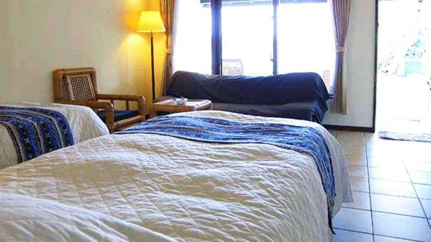*【客室一例】お部屋からは、ジャグジープールのある中庭。そのまま浜辺まで出ることもできます。