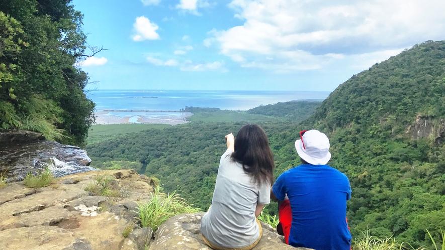 *【ピナイサーラの滝ツアー】トレッキング後は最高の眺めをご覧いただけます。画像提供:ニライナホリデイ