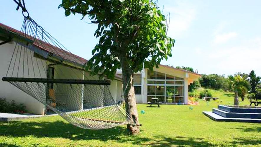 *【中庭】大きなテリハボクの木にかかるハンモック。のんびり揺られてください。