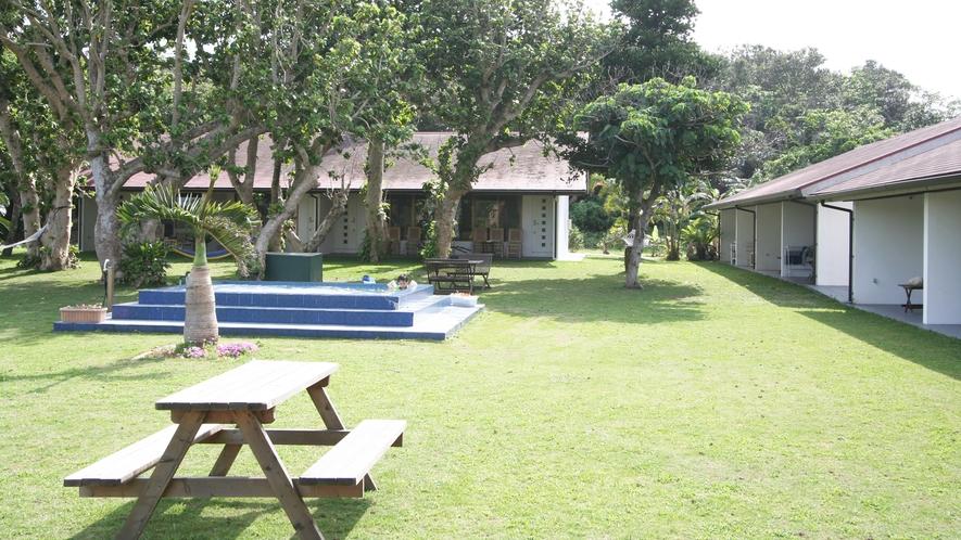 *【中庭】お庭にはジャグジープールとウッドベンチが備えてあります。