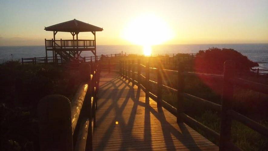*【夕暮れ】大きな夕日が西表の海をやさしく照らします。