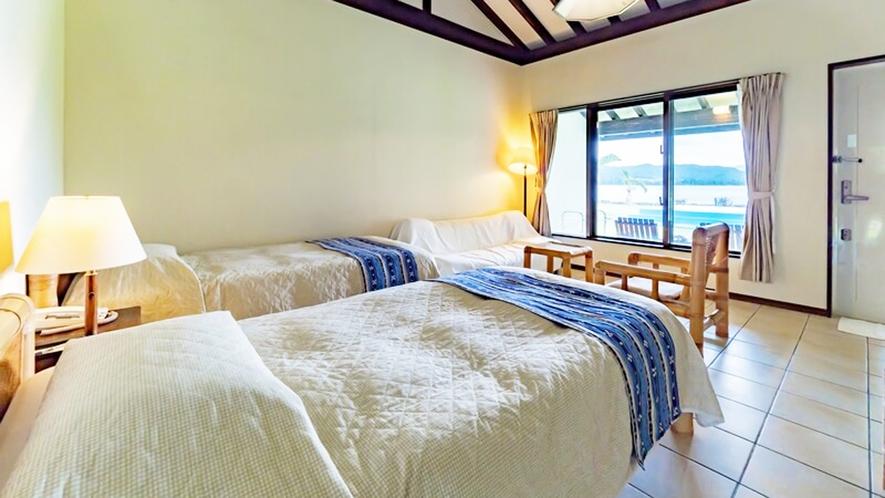*【客室一例】清潔感のある客室。窓からは中庭やビーチが眺められます。
