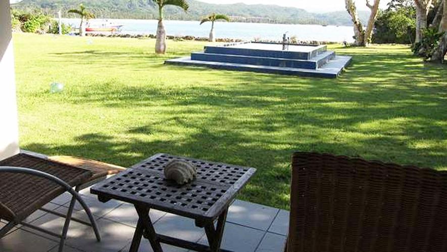 *【客室一例】テラスは中庭に直結しております。庭や海を眺めながら、ゆっくりとお過ごしください。