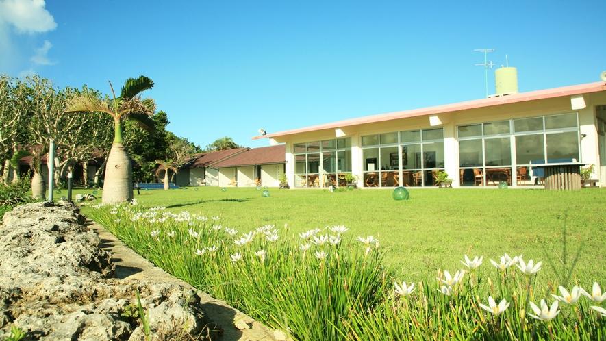 *【外観】お部屋は全室中庭に通じ、海の眺望が楽しめるオーシャンビューです。