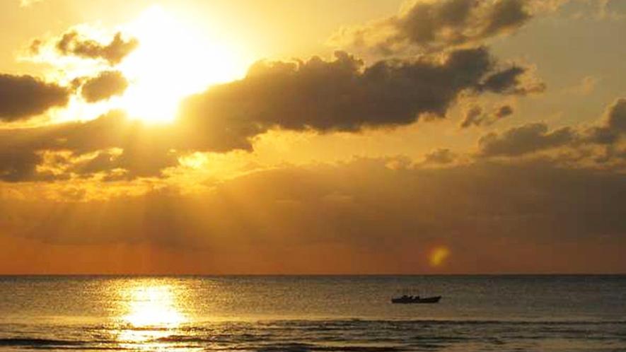 *【周辺】夕陽がきれいなロマンチックビーチまでは徒歩3分です。